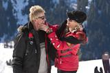 Frau streichelt Mann im Schnee