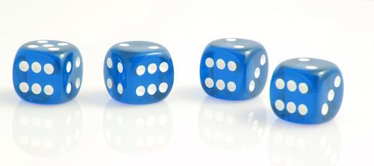 Vier blaue Würfel zeigen eine Sechs