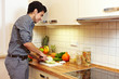 Mann bereitet Gemüse vor