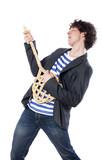 jeune garçon faisant semblant de jouer de la guitare