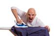 Mann rastet beim bügeln aus