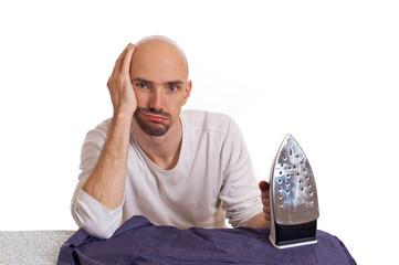 überforderter Mann beim bügeln