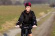 Frau mit Mountainbike lächelt