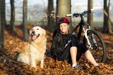 Fototapety Junge Frau mit Hund und Fahrrad