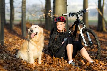 Junge Frau mit Hund und Fahrrad