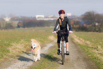 Junge Frau und Hund beim Sport
