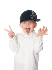 kleiner junge in weißem Hemd macht Spaß