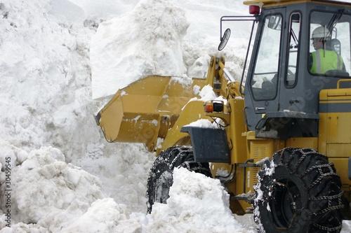 雪山と重機