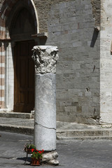 Bevagna,piazza Silvestri, antica colonna romana