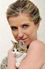 donna gatto abbracciare coccole