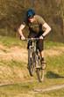 Springender Mountainbiker
