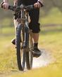 Mountainbiker auf einem Feldweg