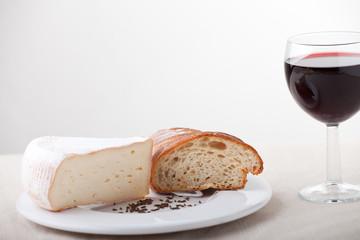 Camembert und ein Glas Wein