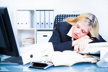 schlafende überarbeitete mitarbeiterin