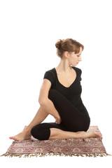 женщина, практикующая упражнения йоги.
