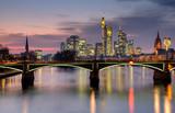 Stadtansicht von Frankfurt in der Dämmerung