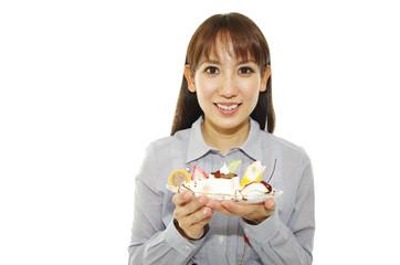 デザートを持った笑顔の女性