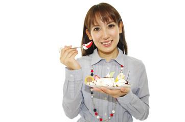 デザートを食べている笑顔の女性
