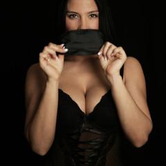 verführerische Frau in Dessous & Maske