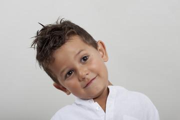 Niño de pelo castaño