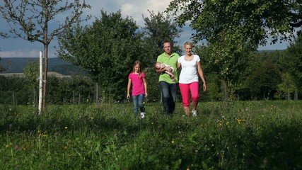 Familie macht Spaziergang im Sommer