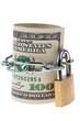 Dollar Geldscheine sind mit einem Schloss versperr