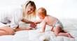 Mutter mit dem Sohn spielen auf dem Bett