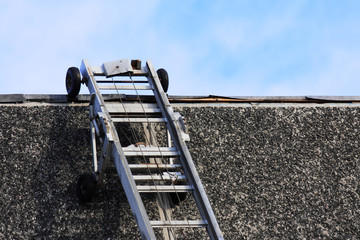 Umzugsaufzugsleiter an Dachkante