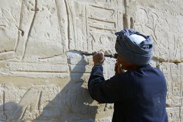 Sculpteur sur pierre.