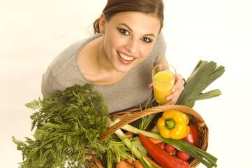 Frau mit Orangensaft und Gemüse