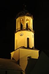 Beleuchtete Kirche bei Nacht