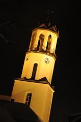 Beleuchteter Kirchturm bei Nacht