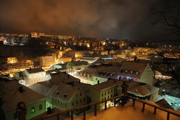 Beleuchtete Stadt bei Nacht