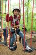 Kind klettert im Waldseilgarten