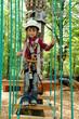 Kind im Hochseilgarten
