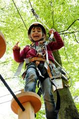 Mädchen beim Klettern im Hochseilgarten