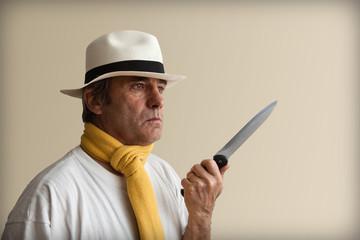 homme menaçant avec couteau