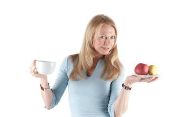 Frau mit Kaffeetasse und Obst