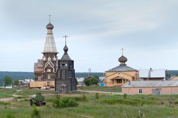 Деревянные храмы в посёлке Варзуга.