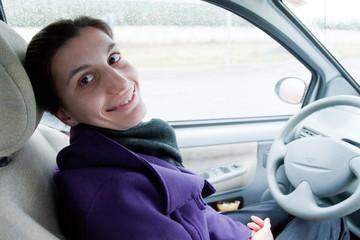 donna felice in macchina