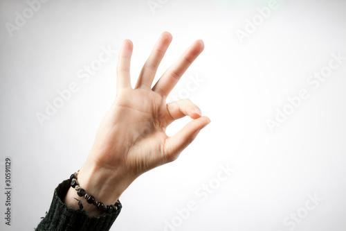 mano maschile che mostra il segno ok