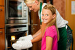 Mutter und Tochter kochen gemeinsam