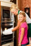 Mutter und Tochter kochen oder backen