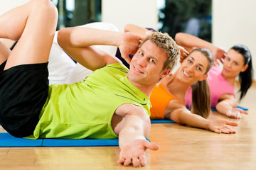 Sit-ups im Fitnessstudio