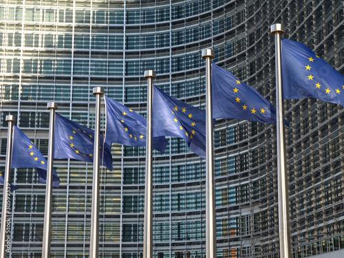 Leinwanddruck Bild Europafahnen vor der EU-Kommission Brüssel9