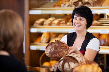 bäckereiverkäuferin mit rundem brot