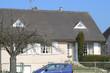 voiture bleue devant maison
