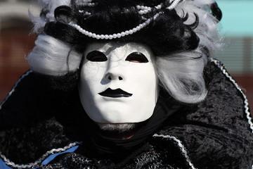 maschera bianca e nera al carnevale di Venezia