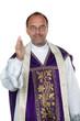 Freundlicher katholischer Priester gibt die Hand