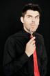 mit roter Krawatte